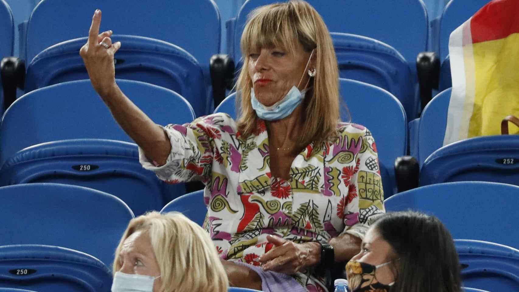 Una mujer dedica una peineta a Rafa Nadal durante el Open de Australia