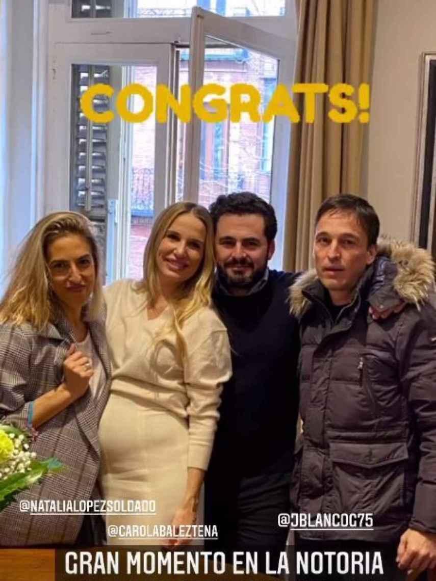 Emiliano y Carola recién casados en el notario.