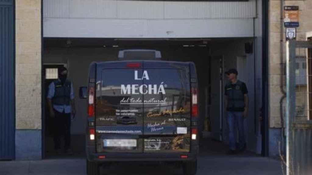 Una furgoneta de la empresa de Magrudis en la entrada de su nave.