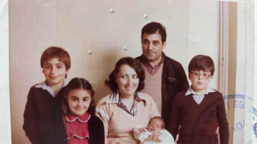 Mateo y María del Carmen junto a sus cinco hijos.