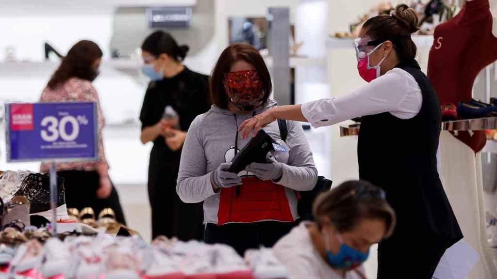 Varias personas realizan compras en un centro comercial hoy, en Ciudad de México (México).
