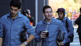 Los futbolistas Luis Suárez, Leo Messi ( bebiendo mate ) y Neymar.