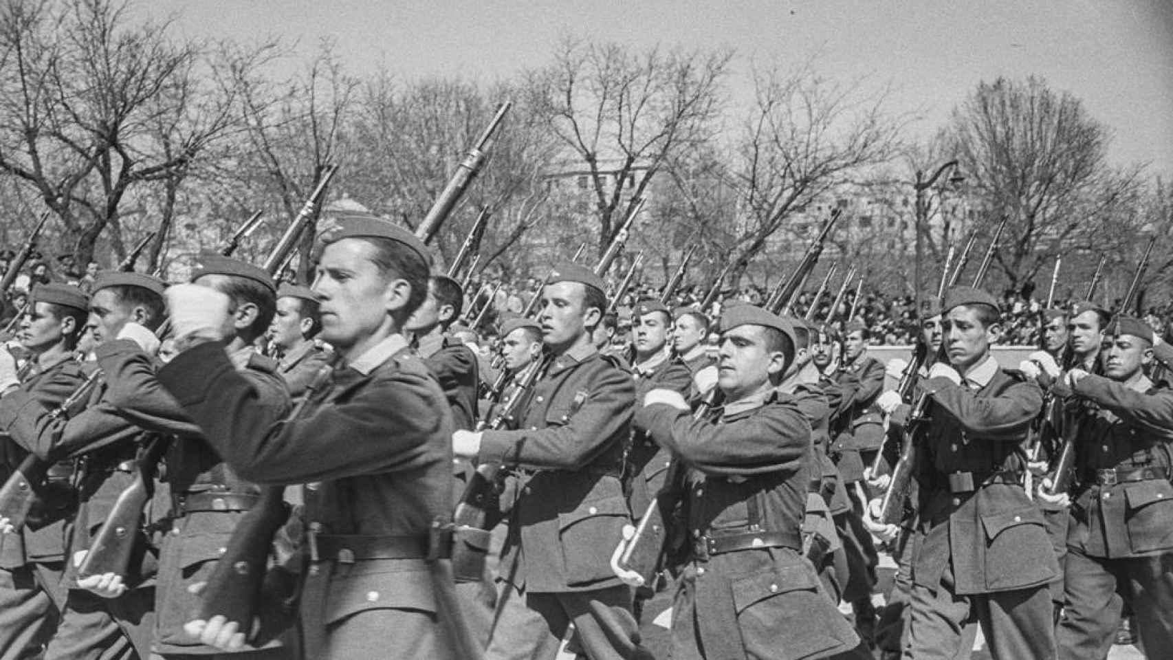 Soldados desfilando por las calles de Madrid.