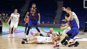 Mirotic, observando una pelea por el balón en el Barça-Unicaja