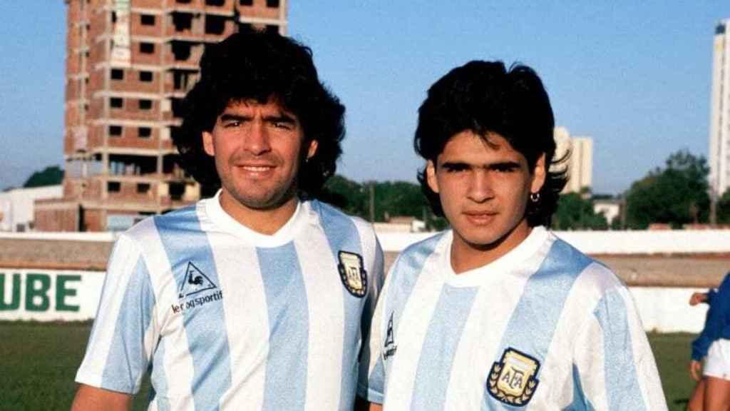 Diego Armando y Hugo Maradona, con la camiseta de Argentina