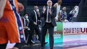 Pablo Laso dando indicaciones ante Valencia Basket