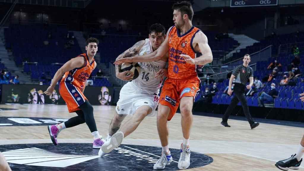 Deck entrando a canasta ante Valencia Basket