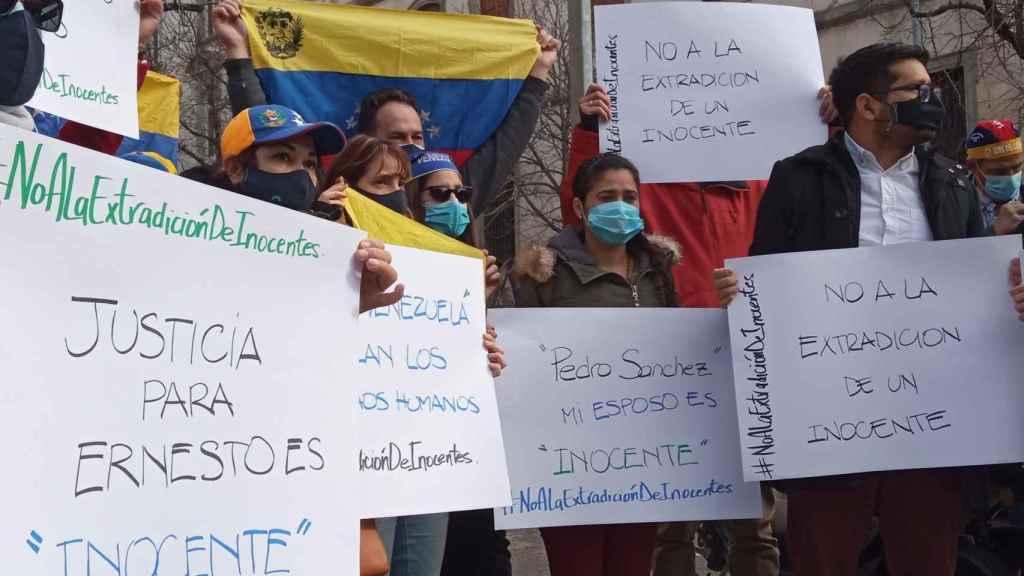 Cismary Marcano, junto a activistas de Refugiados sin Fronteras y otros exiliados venezolanos, a las puertas del Tribunal Supremo, en Madrid.