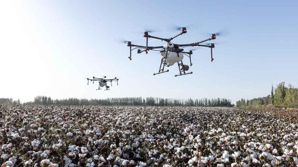 Un par de drones, sobre una explotación agrícola. FOTO: Pixabay.