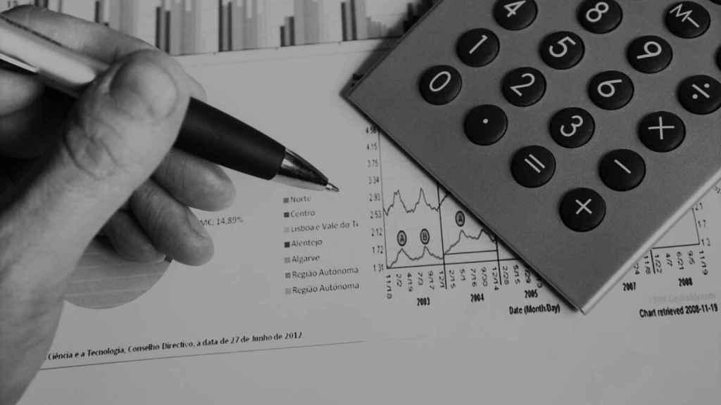 Un emprendedor analiza estadísticas y realiza cálculos.