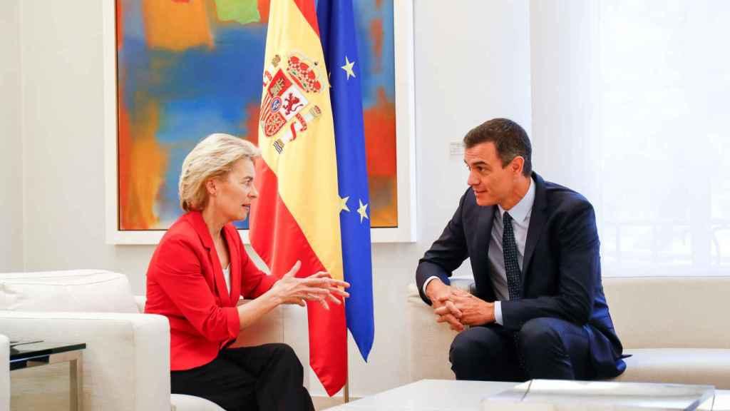 Úrsula Von der Leyen, presidenta de la Comisión Europea, y Pedro Sánchez, presidente de España.