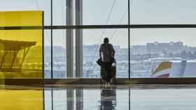 Un pasajero espera en una terminal del aeropuerto madrileño.