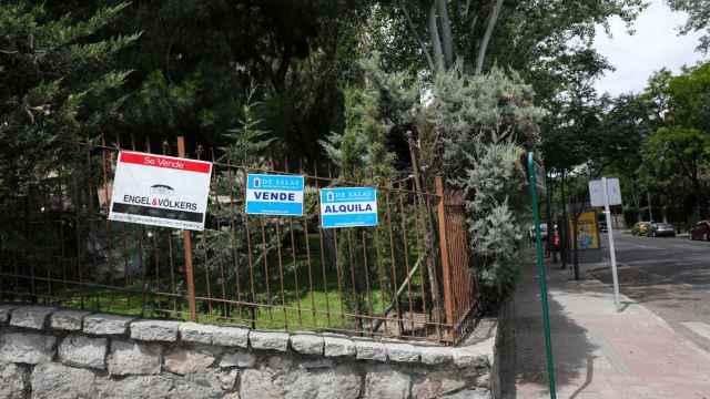 Carteles de venta y alquiler de viviendas en una urbanización.