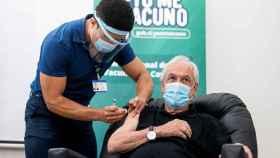 El presidente de Chile, Sebastián Piñera, mientras recibe la primera dosis de la vacuna contra la Covid-19 del laboratorio chino Sinovac.