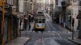 Los populares tranvías de Lisboa en una ciudad fantasma por el confinamiento.