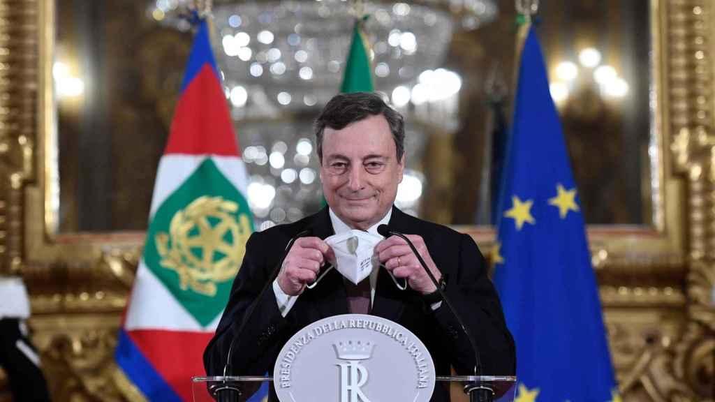 El primer ministro designado italiano, Mario Draghi, se dirige a los medios de comunicación para anunciar su lista de ministros después de una reunión con el presidente italiano Mattarella.