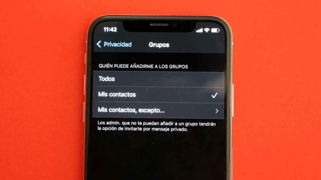 WhatsApp permite escoger quién puede añadir un contacto a los grupos.