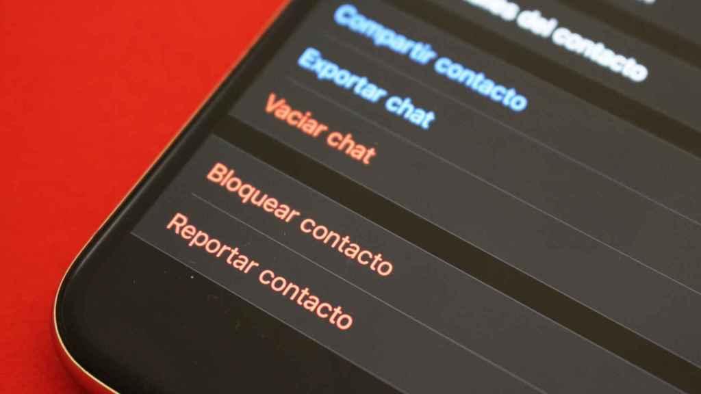 WhatsApp permite bloquear y reportar contactos.