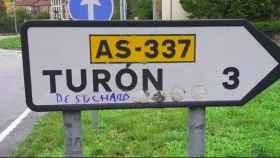 Una de las intervenciones en la señalética de Turón.