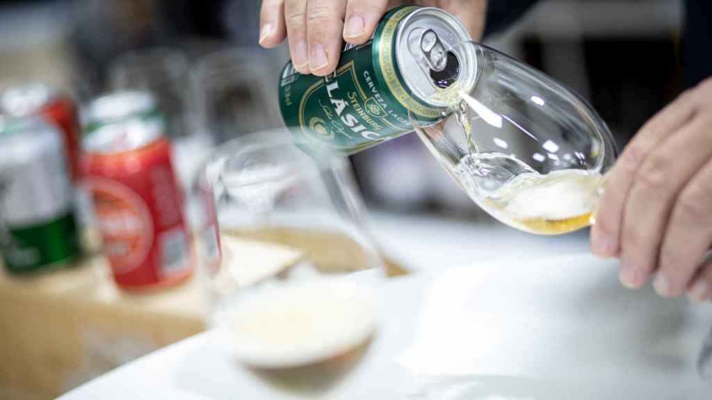 Carlos Gómez sirve dos copas de cada cerveza: una con espuma para la fase visual y otra sin espuma para percibir mejor sus olores.