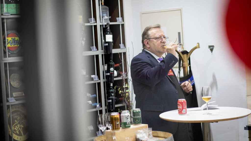 Tras observar y oler cada cerveza, el analista Carlos la prueba para valorar lo que percibe en boca.