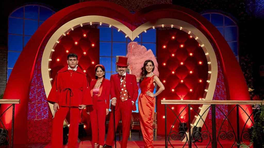 De izquierda de derecha, los diseñadores, Alejandro Palomo, María Escoté, Lorenzo Caprile y la presentadora, Raquel Sánchez Silva.