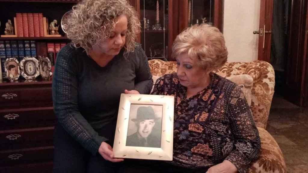 Isabel y su madre, Pepi, con el retrato de su antepasado Diego Noguera Ortega, natural de Cartagena, barbero en el Cánovas del Castillo.