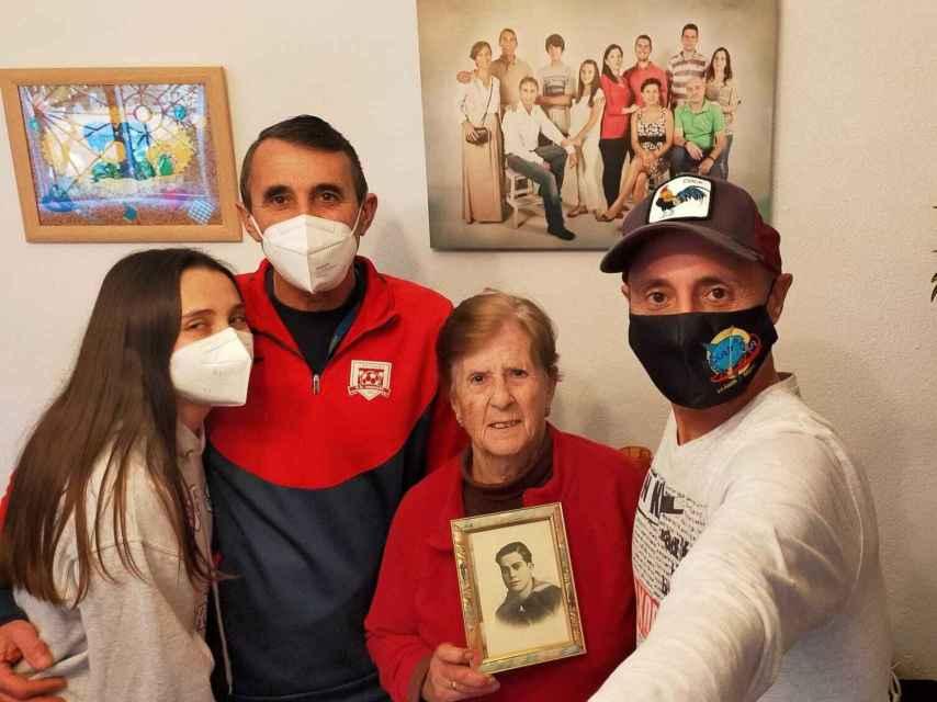 Celia, Fulgencio, María y Antonio con la foto de su antepasado Antonio Inglés Andreu, marinero fogonero natural de Cartagena.