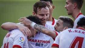 Rakitic y Munir celebran el gol del Sevilla