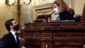 El líder del PP, Pablo Casado, conversa con la presidenta del Congreso, Meritxel Batet.