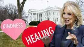 Jill Biden, junto a su decoración en la Casa Blanca, en un fotomontaje de JALEOS.