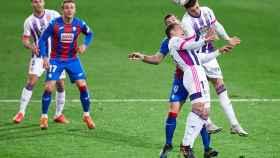 Eibar y Valladolid pelean un balón alto