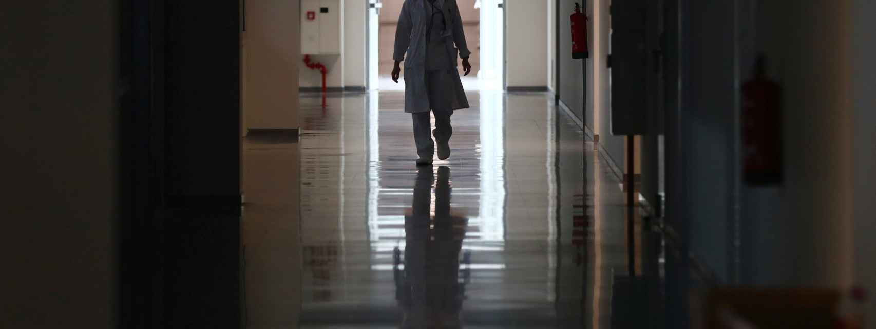 Una profesional sanitaria en el Hospital Isabel Zendal, en Madrid.