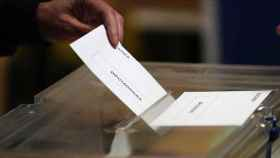 Una persona votando en anteriores elecciones.