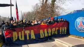La pancarta con la que se han presentado los ultras del PSG antes del viaje a Barcelona. Foto: Twitter (@psgcommunity_)