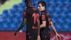 Aleksander Isak celebra un gol con Mikel Oyarzabal