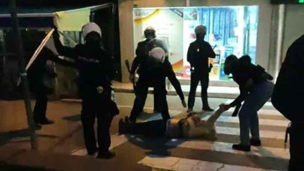 Policías nacionales detienen a una persona durante las protestas.