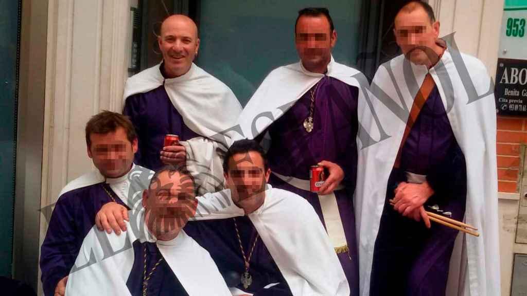 Carlos (primero izquierda) en la Semana Santa de Linares.