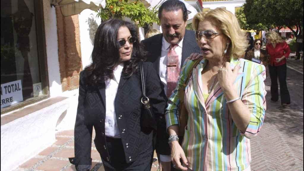 Isabel Pantoja, Julián Muñoz y Maite Zaldívar, en las calles de Marbella en 2003.