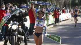La marchadora María Pérez celebra su victoria en Sevilla