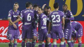 Piña de los jugadores del Betis para celebrar un gol ante el Villarreal