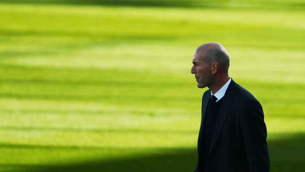 Zidane da órdenes a los jugadores del Real Madrid desde la banda del Alfredo Di Stéfano
