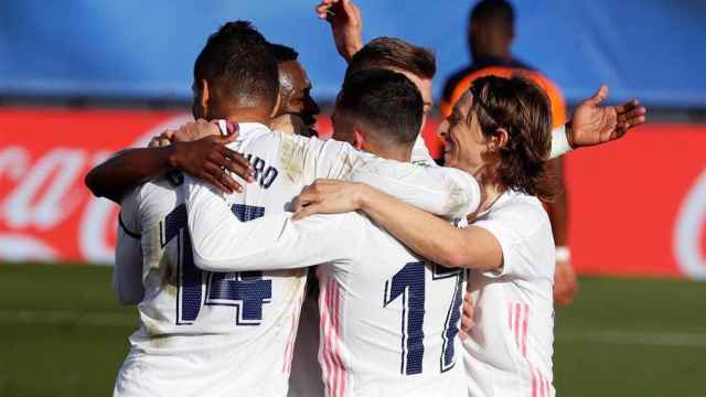 Piña de los jugadores del Real Madrid para celebrar el gol de Toni Kroos