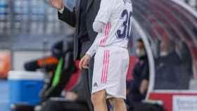 Zinedine Zidane y Sergio Arribas, antes del cambio