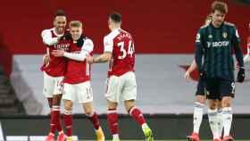 Odegaard celebra con sus compañeros un gol del Arsenal