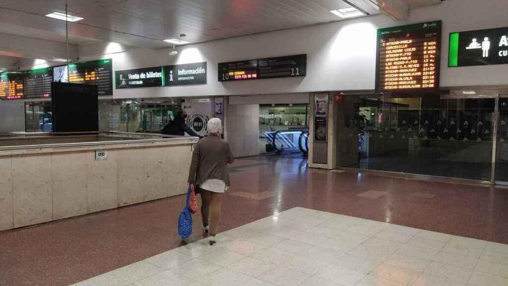Una viajera que se dirige al andén a coger su tren.