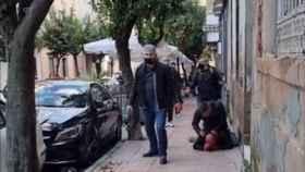 Imagen de los policías nacionales pegando a la víctima.