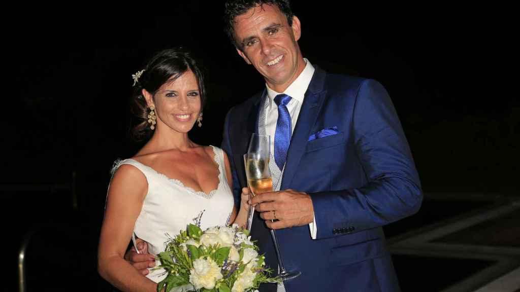 Alonso junto a su mujer, Angélica Delgado, en una foto de su boda, en 2015.