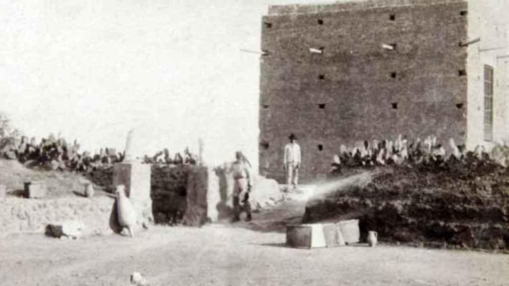 Vista del exterior del Museo de la Necrópolis Romana de Carmona a finales siglo XIX.