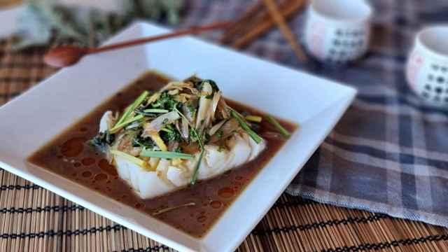Bacalao estilo chino, una receta al vapor con salsa de soja y jengibre